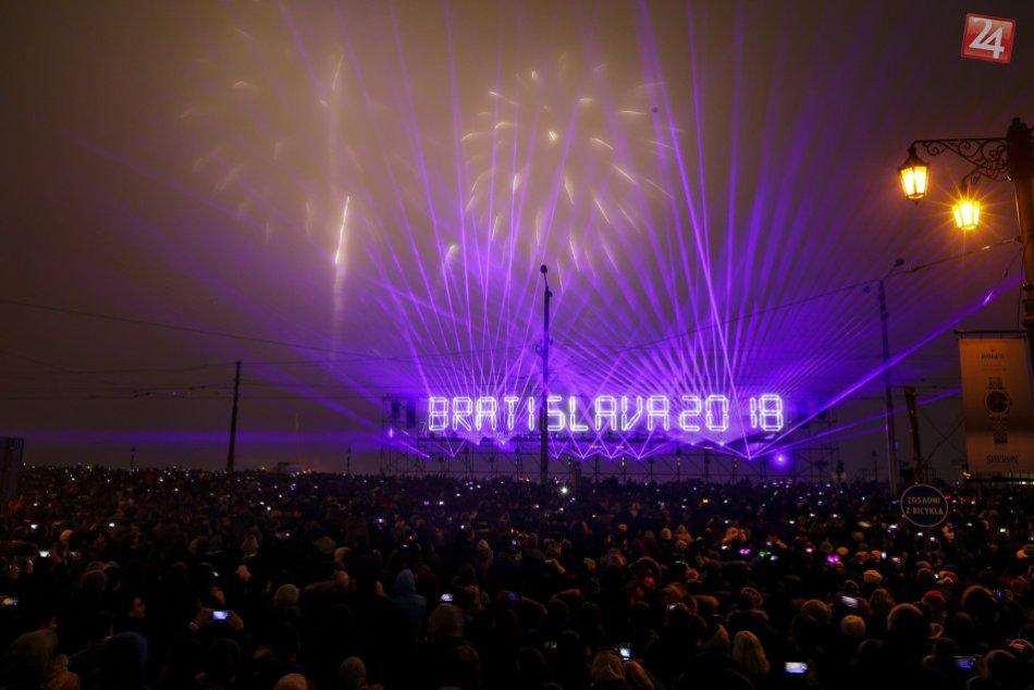 Ilustračný obrázok k článku Silvester v Bratislave  Ohňostroj nad Dunajom  sprevádzala moderná hudba d7d875ea9b5